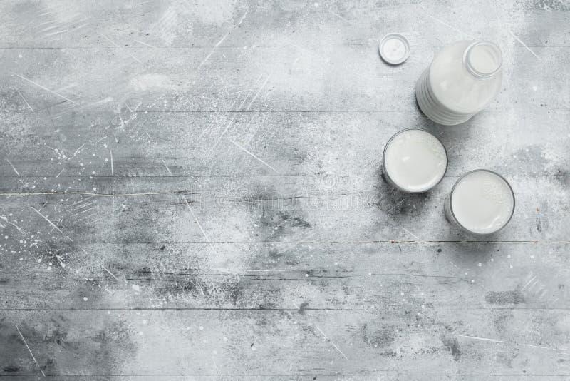 il latte nella bottiglia fotografia stock