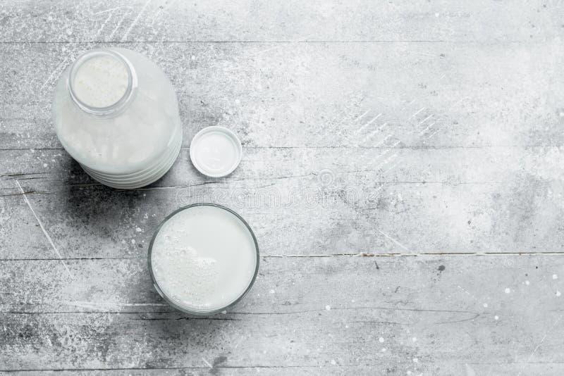 il latte nella bottiglia immagine stock