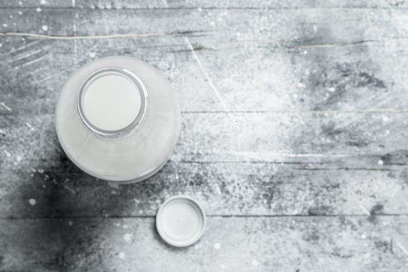 il latte nella bottiglia fotografie stock