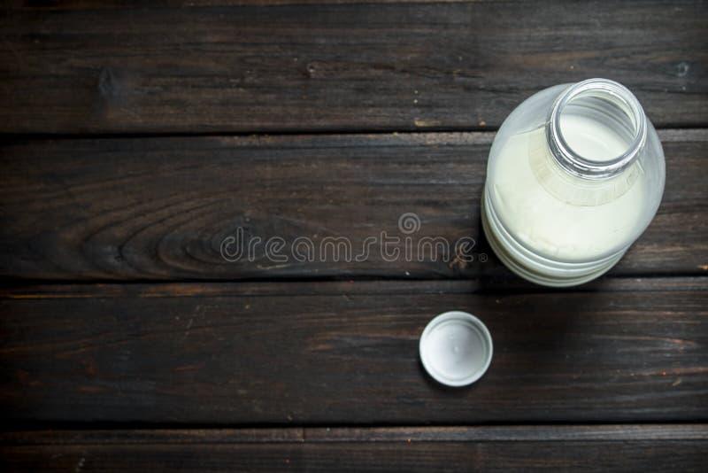 il latte nella bottiglia immagini stock