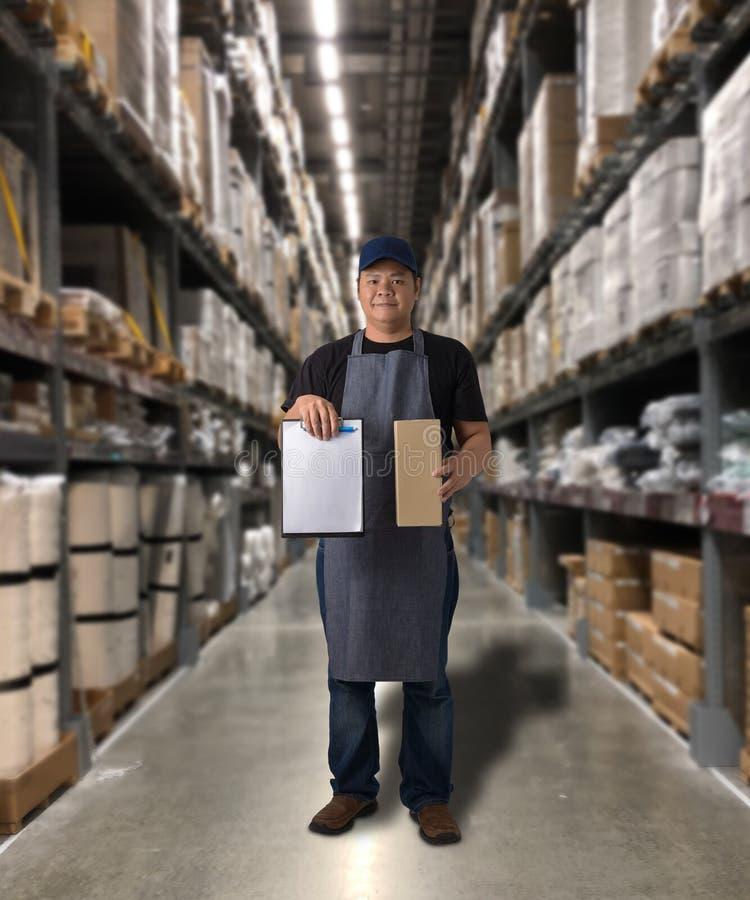 Il lavoratore che consegna i prodotti firma la firma sulla forma della ricevuta del prodotto con le scatole del pacchetto fotografie stock libere da diritti