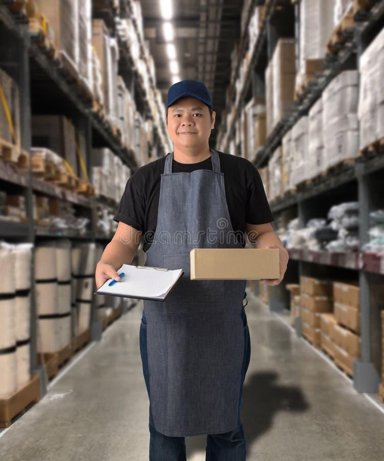 Il lavoratore che consegna i prodotti firma la firma sulla forma della ricevuta del prodotto con le scatole del pacchetto fotografia stock