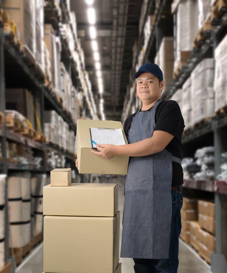 Il lavoratore che consegna i prodotti firma la firma sulla forma della ricevuta del prodotto con le scatole del pacchetto fotografie stock