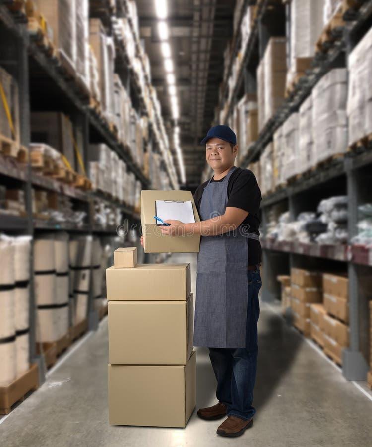 Il lavoratore che consegna i prodotti firma la firma sulla forma della ricevuta del prodotto con le scatole del pacchetto fotografia stock libera da diritti