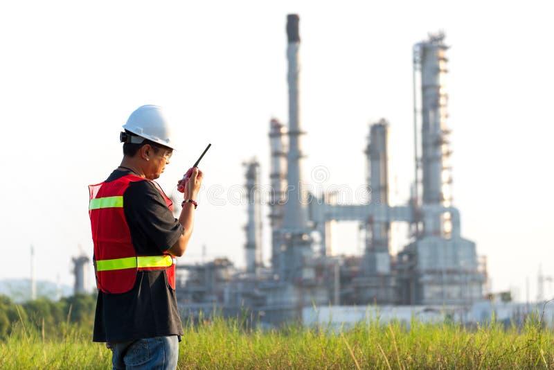 Il lavoratore dell'uomo e l'elettricista asiatici dell'ingegnere lavorano il controllo di sicurezza all'industria energetica dell immagini stock