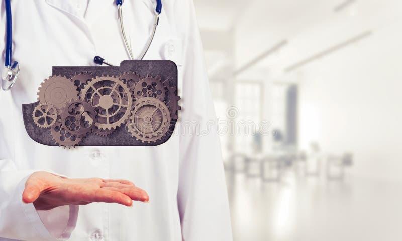 Il lavoratore della medicina che presenta in sue palme si appanna il concetto di calcolo immagine stock
