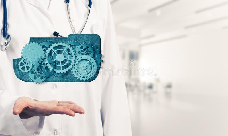 Il lavoratore della medicina che presenta in sue palme si appanna il concetto di calcolo fotografia stock libera da diritti