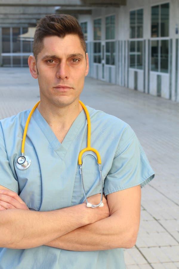 Il lavoratore di sanità con le armi ha attraversato in entrata dell'ospedale immagine stock libera da diritti