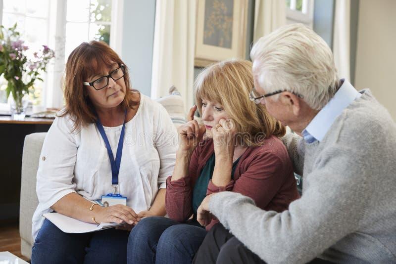 Il lavoratore di sostegno visita la donna senior che soffre con la depressione fotografie stock libere da diritti