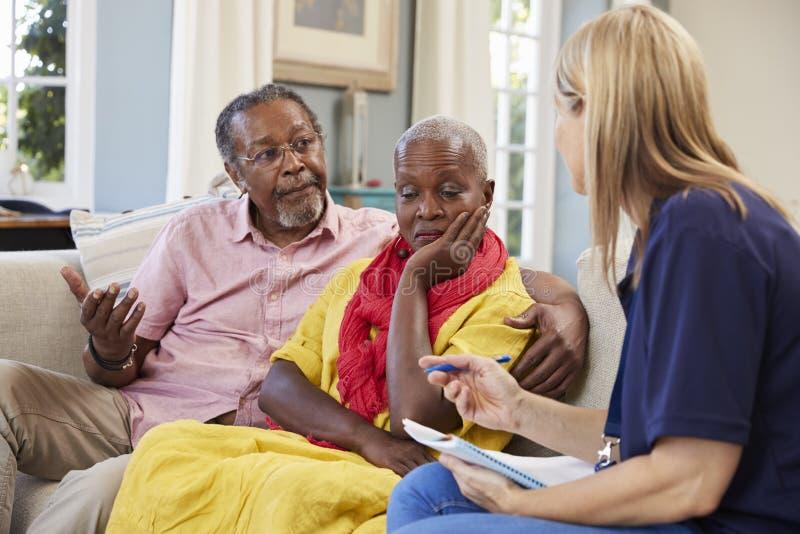 Il lavoratore di sostegno visita la donna senior che soffre con la depressione immagine stock libera da diritti