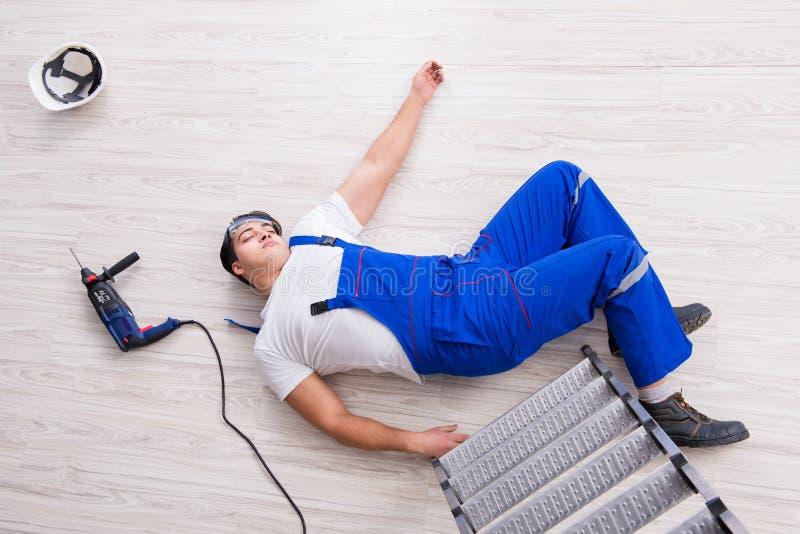 Il lavoratore dopo la caduta dall'altezza - comportamento pericoloso fotografia stock libera da diritti