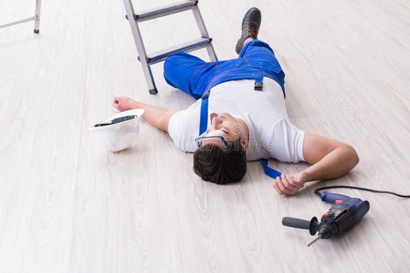 Il lavoratore dopo la caduta dall'altezza - comportamento pericoloso fotografia stock
