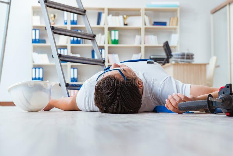 Il lavoratore dopo la caduta dall'altezza - comportamento pericoloso immagini stock libere da diritti