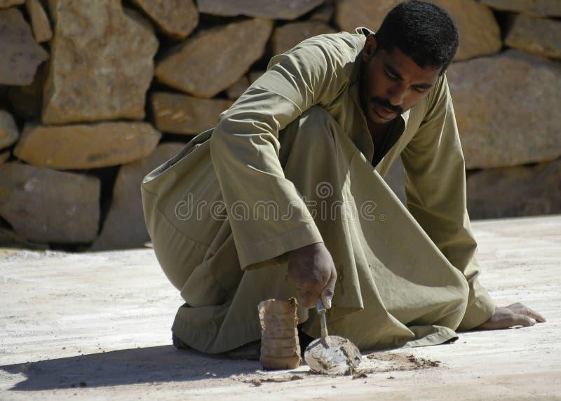 Il lavoratore egiziano ripara la strada Luxor Egypt immagini stock libere da diritti