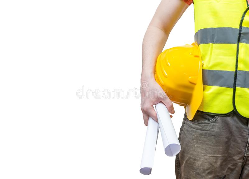 Il lavoratore (ingegnere) in maglia riflettente gialla tiene le carte fotografie stock