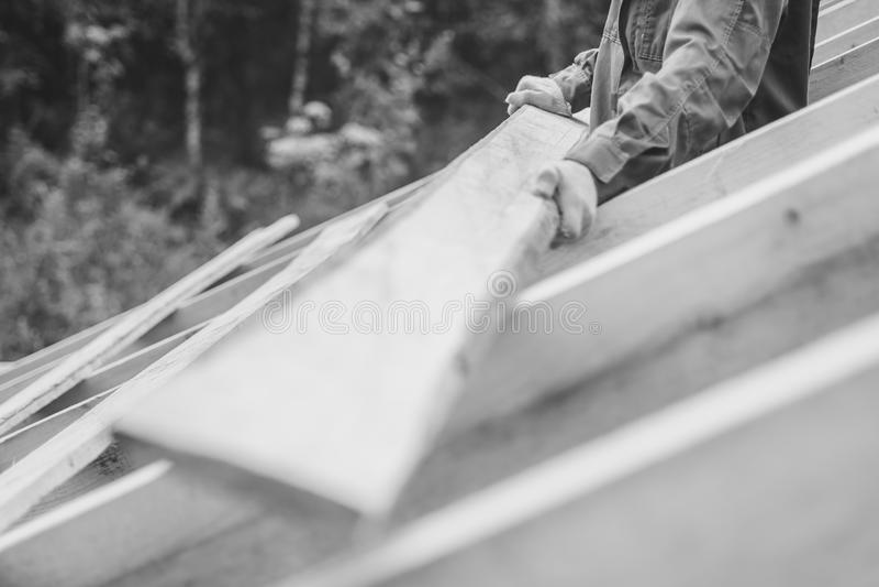 Il lavoratore sta costruendo il tetto fotografie stock libere da diritti