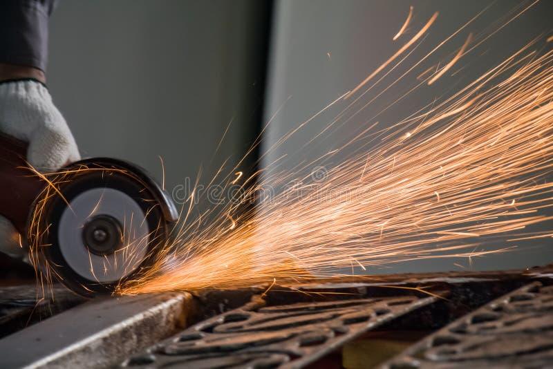 Il lavoratore sta tagliando l'acciaio fotografia stock libera da diritti