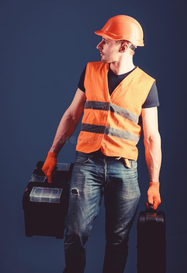 Il lavoratore, tuttofare, riparatore, costruttore sul fronte calmo porta le borse con gli strumenti professionali Concetto fornit immagine stock libera da diritti