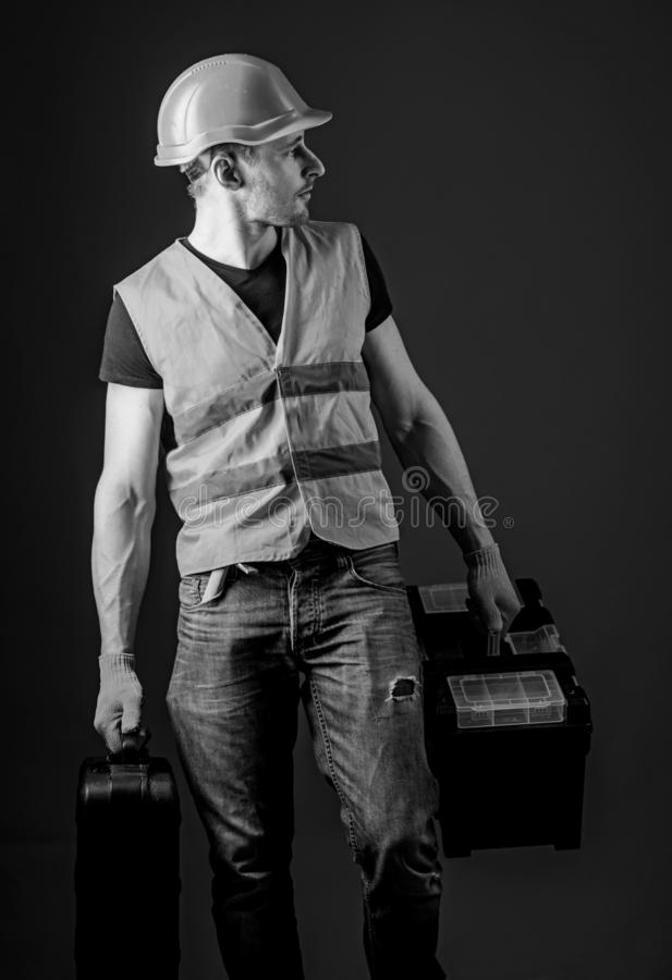 Il lavoratore, tuttofare, riparatore, costruttore sul fronte calmo porta le borse con gli strumenti professionali Concetto fornit fotografia stock libera da diritti