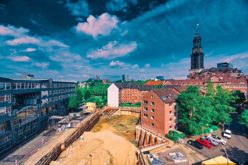 Il lavoro dello scavo per una nuova costruzione di appartamento e dell'ufficio a Schaarsteinweg sta accendendo immagine stock libera da diritti
