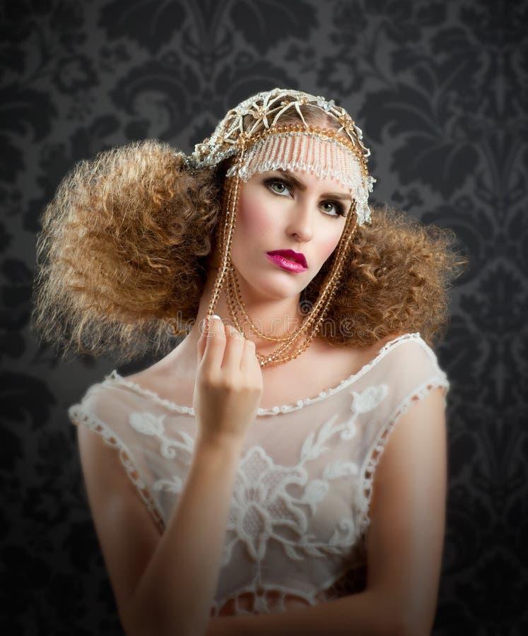 Il lavoro di parrucchiere ed il trucco adattano la donna fotografie stock libere da diritti