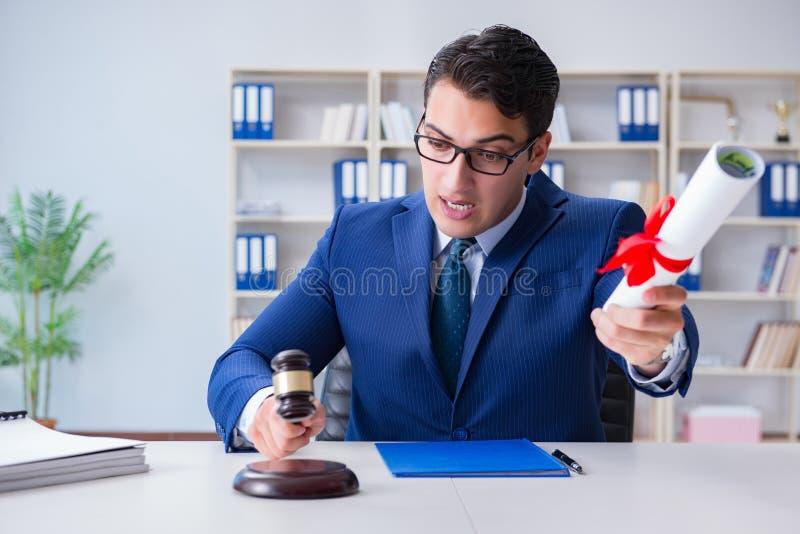 Il laywer con il diploma arriva a fiumi il concetto di eductional di professione legale immagini stock libere da diritti