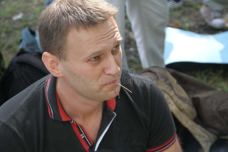 Il leader dell'opposizione Alexei Navalny ascolta i discorsi alla riunione degli attivisti nella foresta di Chimki fotografia stock libera da diritti