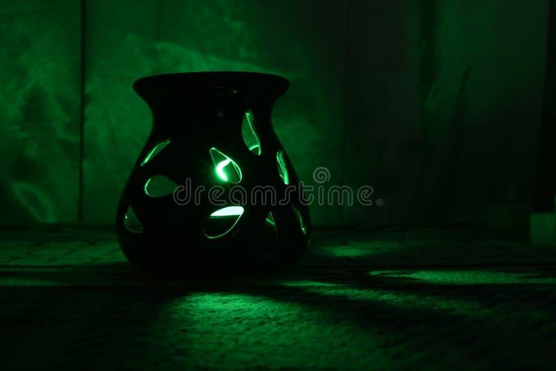 Il LED uscente leggero variopinto si accende nella notte buia e fitta fotografia stock libera da diritti
