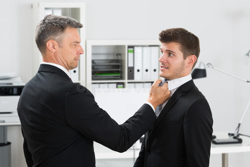 Il legame di Gripping Employee maturo dell'uomo d'affari fotografie stock