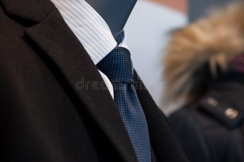 il legame e la camicia bianca sul manichino ad un modo immagazzinano la s fotografia stock
