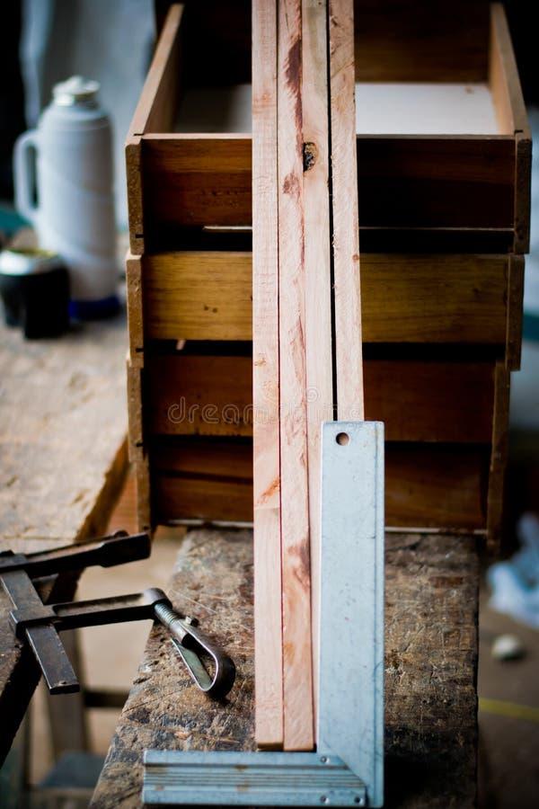 Il legno ed il quadrato del carpentiere hanno preparato per la mobilia di legno solido fotografia stock libera da diritti