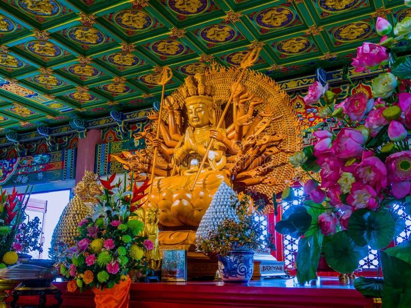 Il legno ha inciso la Mille-mano Guan Yin alla chiesa cinese in Tailandia fotografie stock