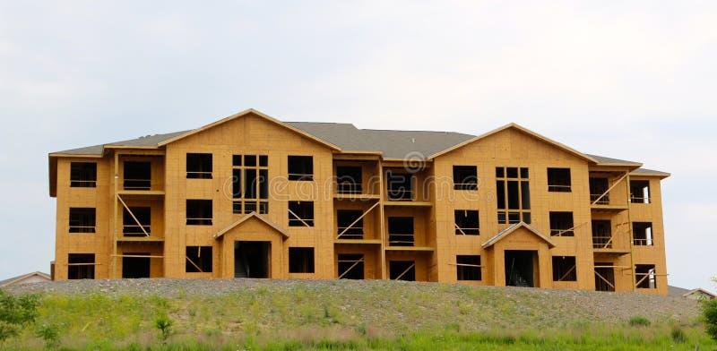 Il legno ha riguardato la struttura di un hotel in costruzione fotografia stock