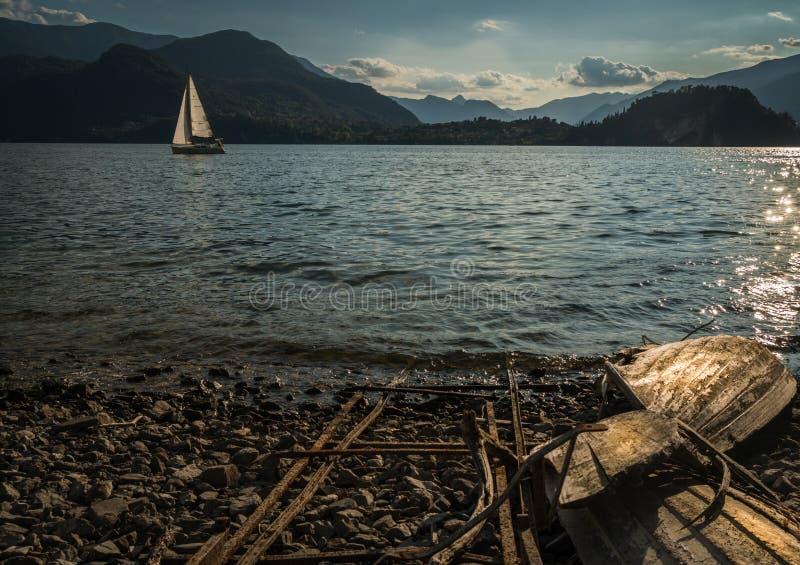 Il legno isolato della barca ha distrutto in secca in una spiaggia sola immagini stock