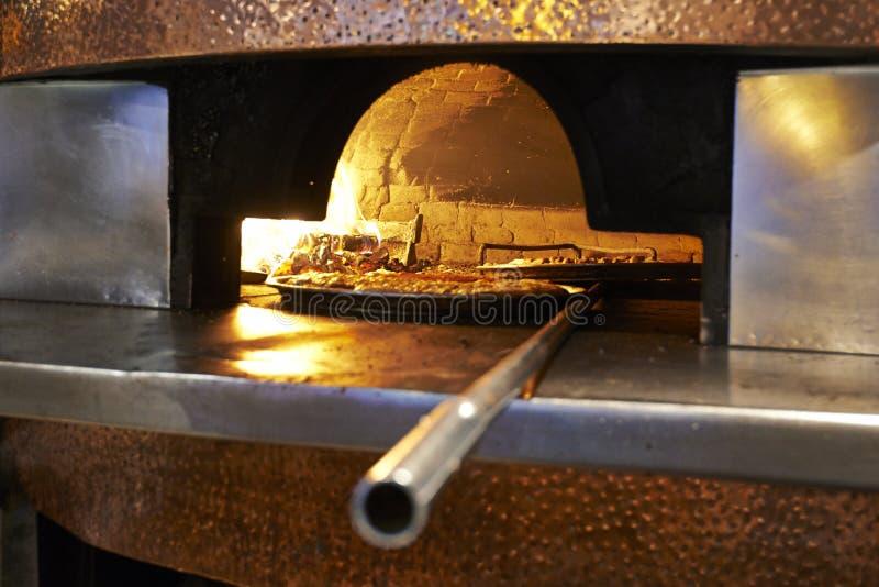 Il legno tradizionale ha infornato la pizza che è disposta in un mattone caldo eccellente fotografie stock libere da diritti