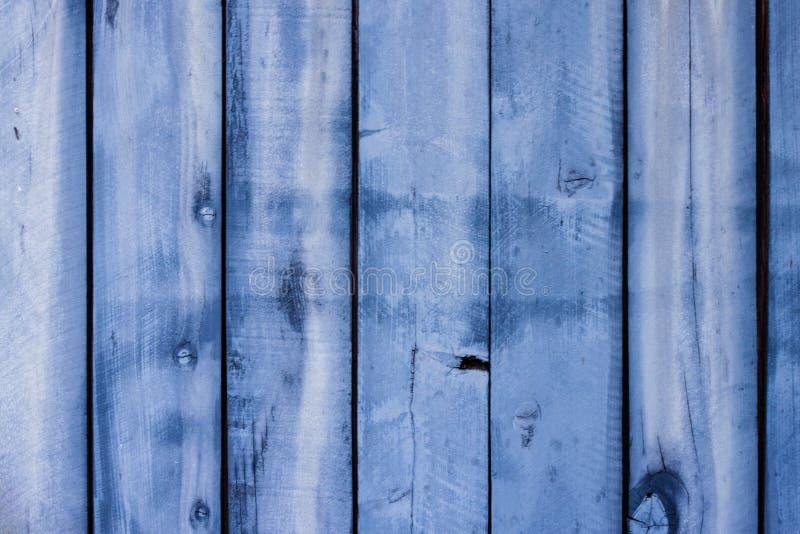 Il legno verticale grigio bluastro riveste il fondo di pannelli immagine stock libera da diritti
