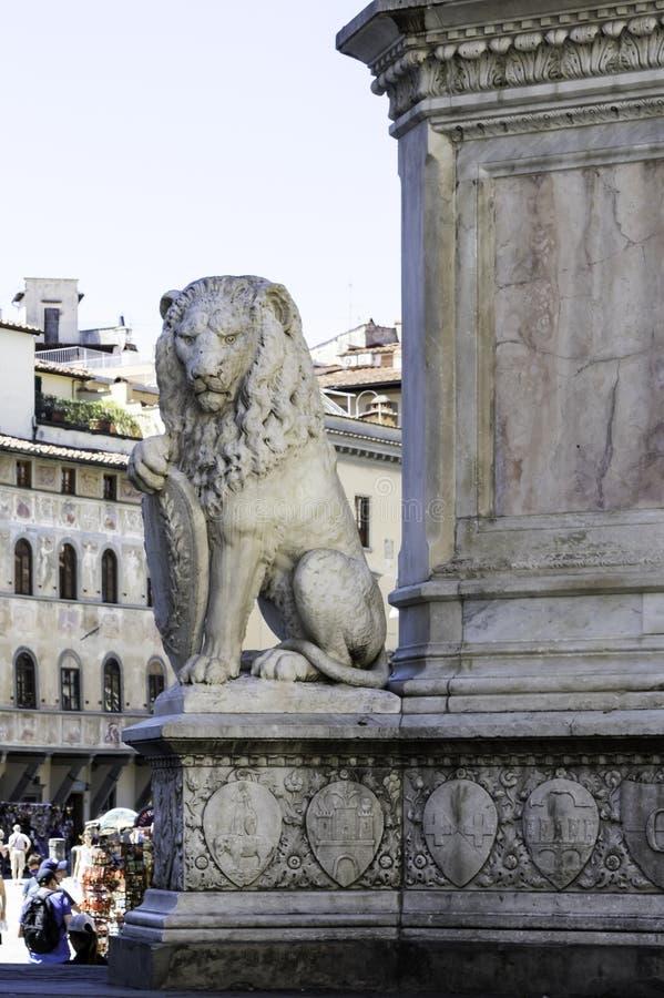 Il leone di pietra si siede alla base della statua del ` s di Dante a Firenze, Italia immagine stock libera da diritti
