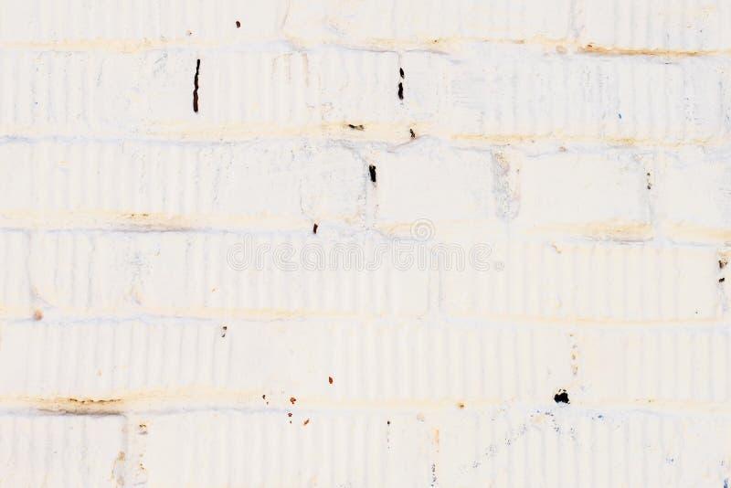 Il lerciume d'annata del primo piano ha macchiato il muro di mattoni bianco con gesso Per fondo, il modello, la carta da parati o fotografia stock libera da diritti