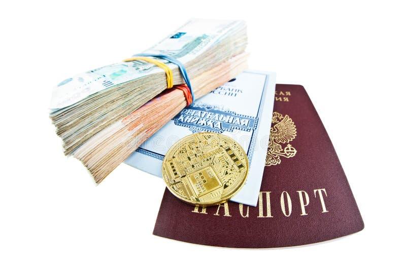Il libretto di risparmio di Sberbank, il passaporto russo, le pile di soldi e il bitcoin coniano fotografie stock libere da diritti
