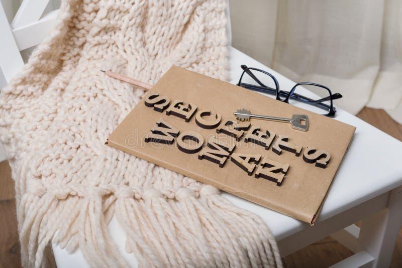 Il libro è avvolto in vecchia carta ed è firmato con i segreti di legno della donna delle lettere, sulla chiave del libro immagine stock libera da diritti