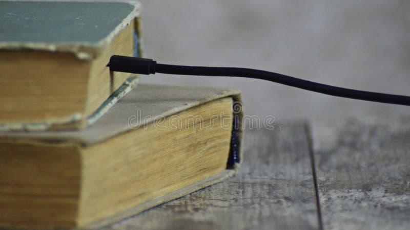 Il libro è caricato in Internet Il libro fotografia stock