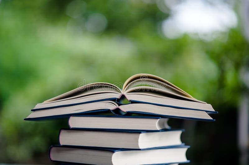 Il libro è disposto sul pavimento Libro del cuoio bianco e Th di studio fotografie stock libere da diritti