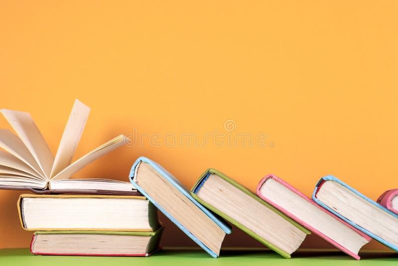 Il libro aperto, libro con copertina rigida prenota su fondo variopinto luminoso immagini stock libere da diritti
