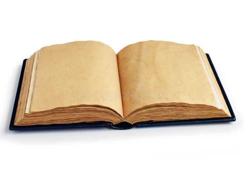 Il libro aperto sul mezzo con giallo ha invecchiato le pagine fotografia stock libera da diritti