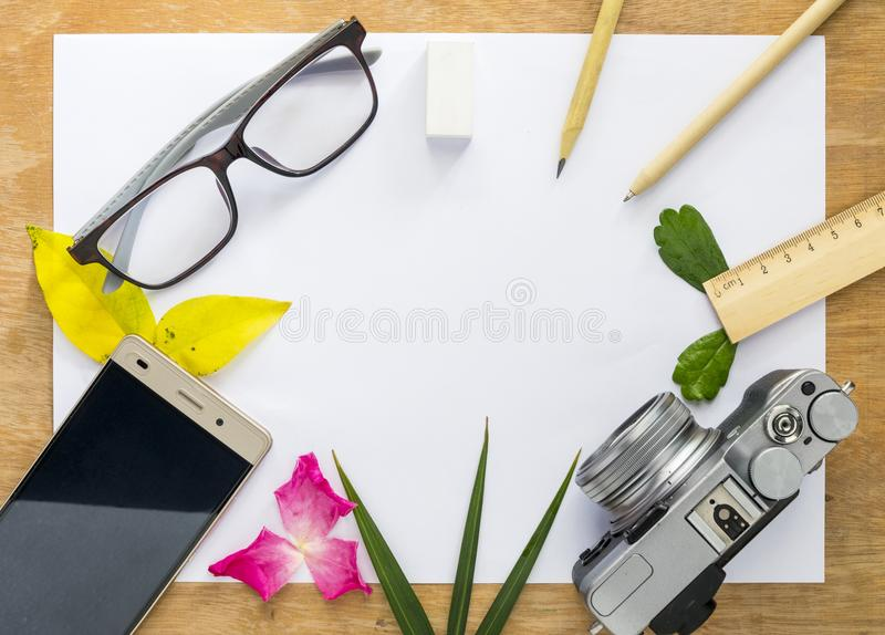 Il Libro Bianco di vista superiore è disposto su un pavimento di legno C'è è venuto fotografie stock