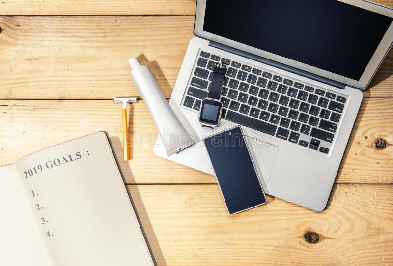 Il libro con 2019 scopi elencano e le materie dell'uomo d'affari quale il computer portatile fotografia stock
