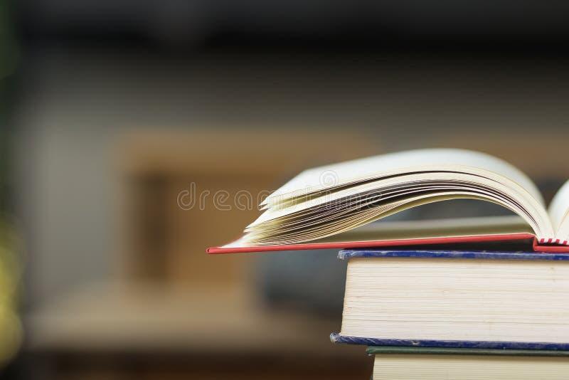 Il libro d'annata aperto del primo piano sulla pila prenota il fondo Di nuovo a Sc fotografie stock libere da diritti