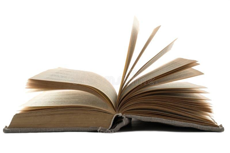Il libro d'annata aperto in una vecchia copertura del panno si trova su un fondo isolato bianco Struttura orizzontale fotografia stock