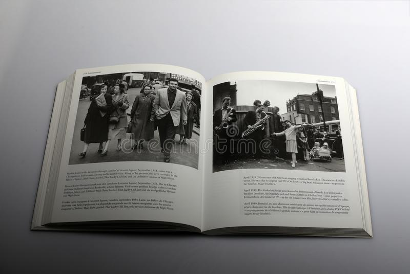 Il libro di fotografia di Nick Yapp, Frankie Laine cammina in incognito a Londra immagine stock