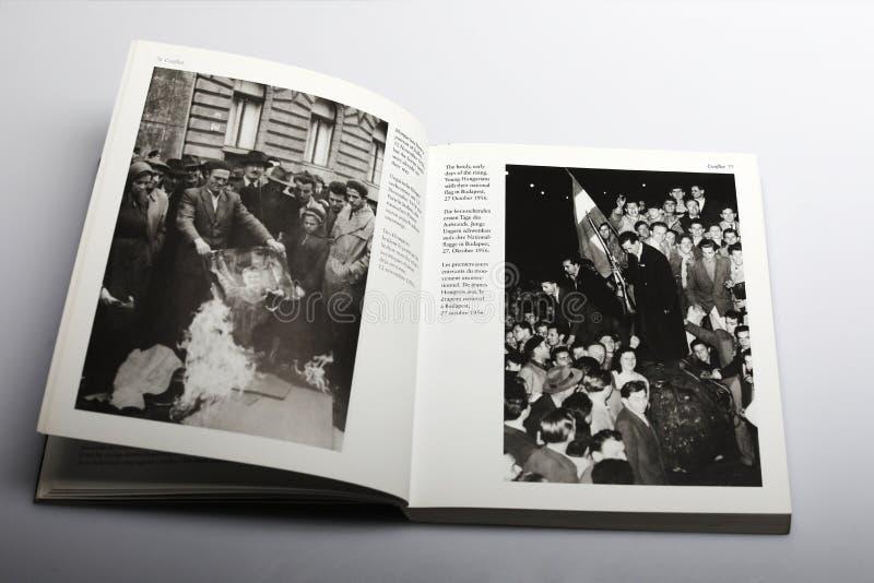 Il libro di fotografia di Nick Yapp, ungheresi brucia un ritratto di Stalin fotografie stock libere da diritti